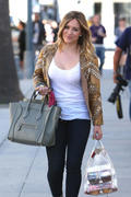 http://img296.imagevenue.com/loc569/th_863393571_Hilary_Duff_at_Crumbs_bakery73_122_569lo.jpg